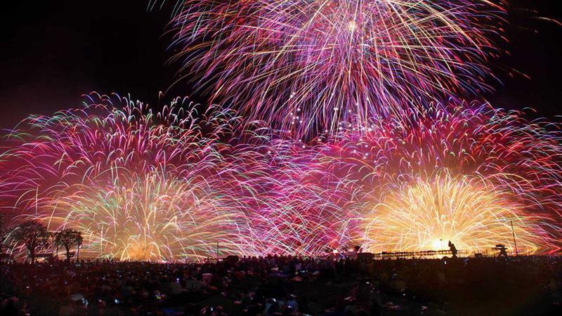 湖上を舞台に咲き乱れる「諏訪湖祭湖上花火大会」