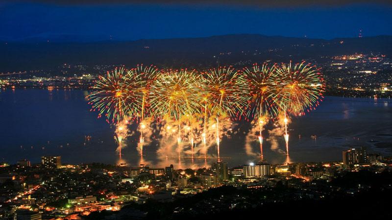 空に美しく咲き誇る 東日本4つの花火大会を見に