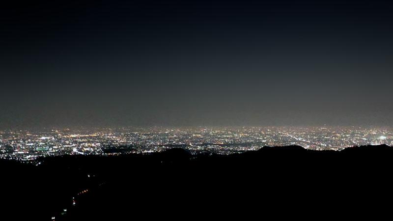まるで光の絨毯!山から見下ろす大迫力の夜景