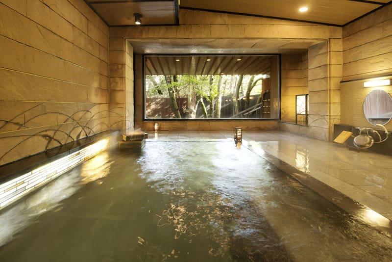 源泉かけ流しの天然温泉は保温•美肌効果が自慢