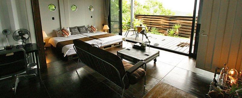 自然に囲まれた鉄のコテージと洗練された空間