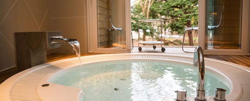 天然温泉で身も心も癒される!贅沢プライベートジャグジー