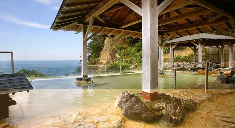 雄大な太平洋を望む、源泉かけ流しの寛ぎの温泉