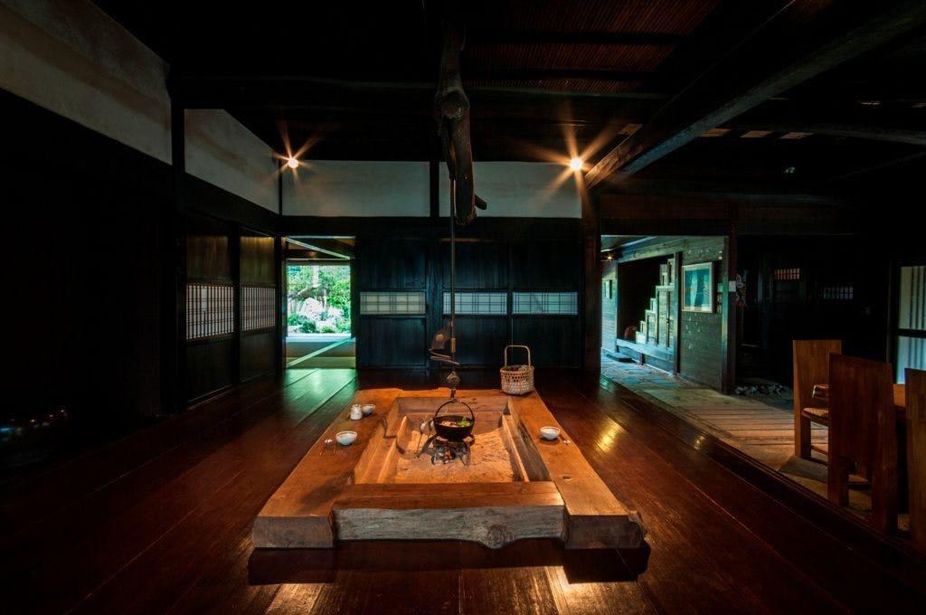 囲炉裏を囲む和みの空間「本館」