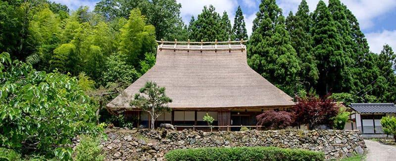 日本が誇る芸術。茅葺き民家に暮らすように滞在する