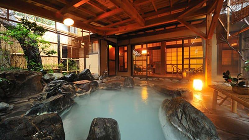 開放感溢れる客室露天風呂。癒しの純和風客室