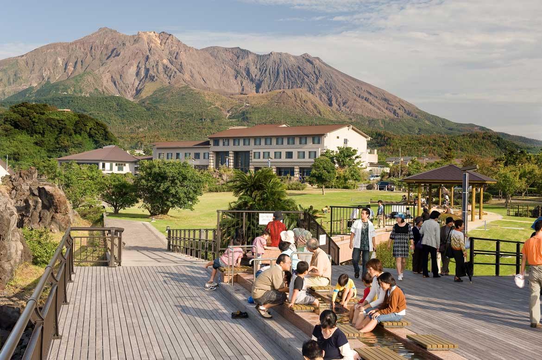 日本最大級の足湯でほっこり「桜島溶岩なぎさ公園」