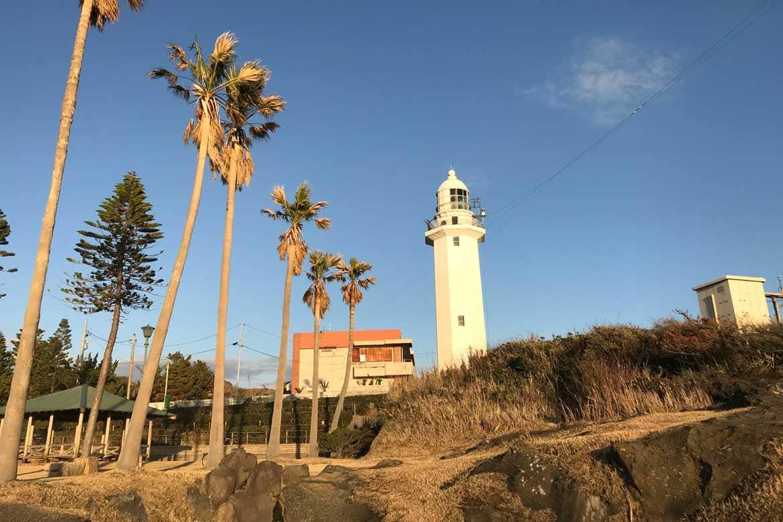 美しく輝く白亜の灯台と大迫力の絶景
