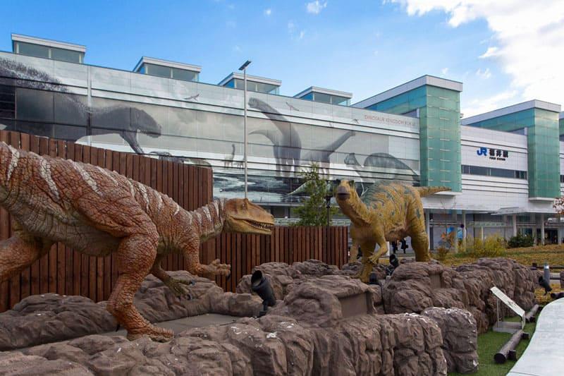 福井生まれの恐竜が動く!「JR福井駅 恐竜広場」