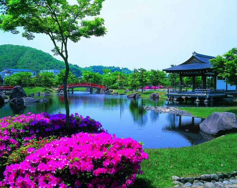 源氏物語さながらの雅な世界へ。「紫式部公園」