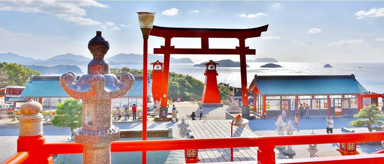 青い海に鳥居の朱色が映える「福徳稲荷神社」