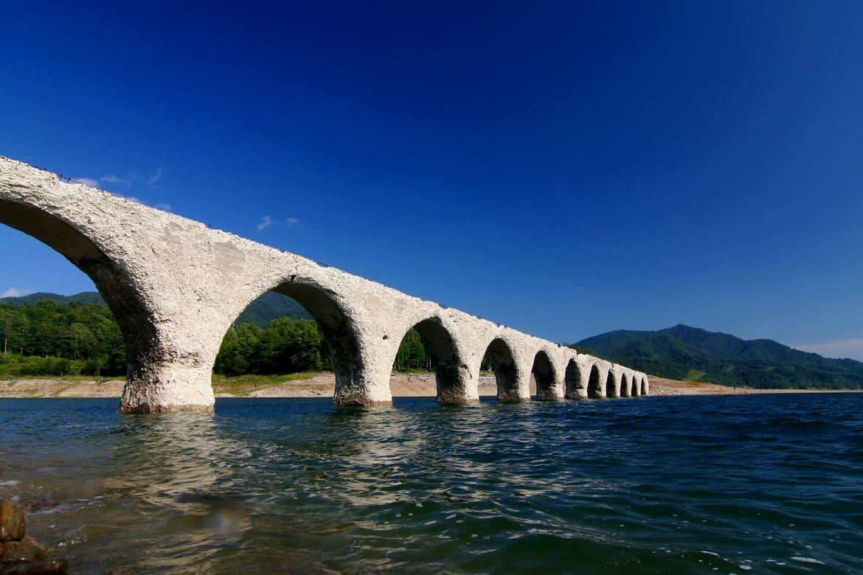 季節で見え隠れする幻の橋「タウシュベツ川橋梁」