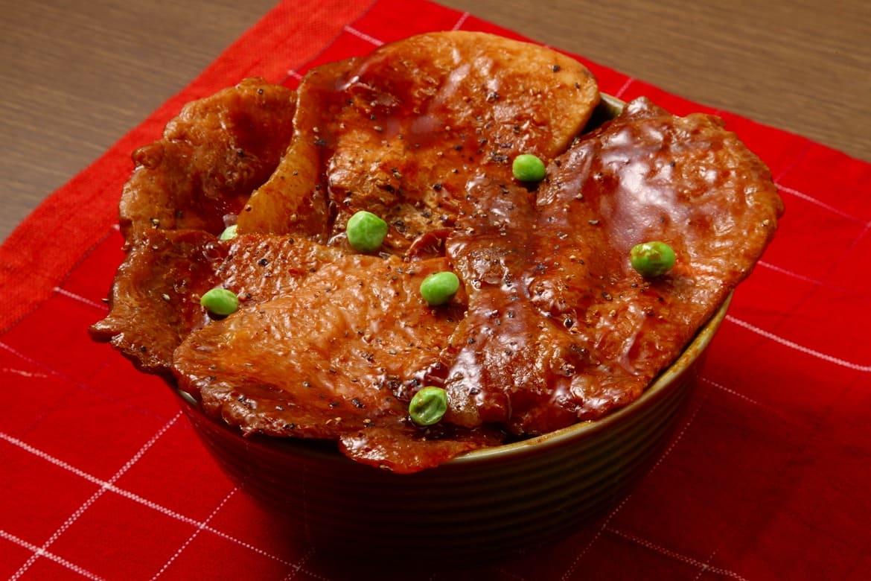 帯広市の名物「豚丼」は、甘辛タレがやみつきに