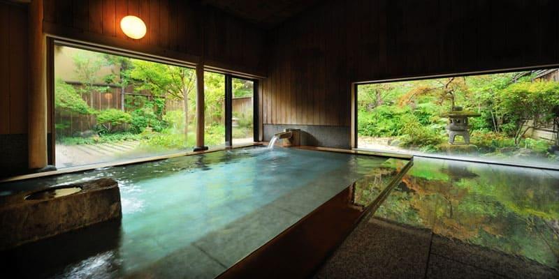 青森ヒバの大浴場、岩をくり抜いた貸切風呂も