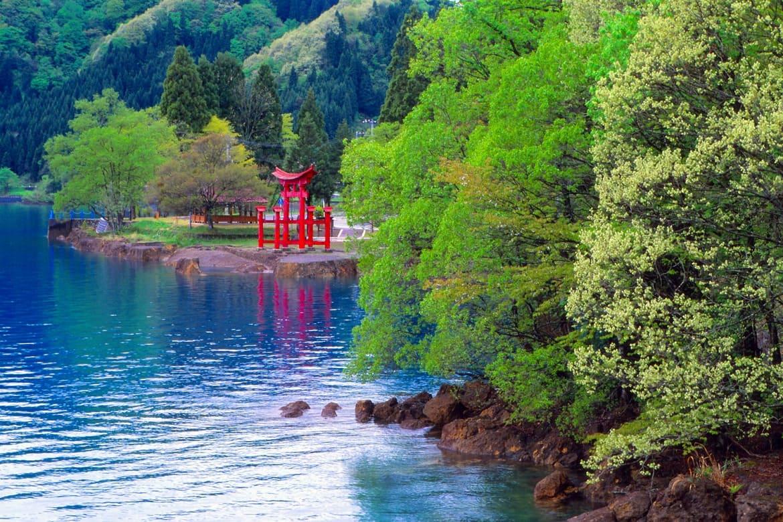 美貌のご利益で知られる「御座石神社」
