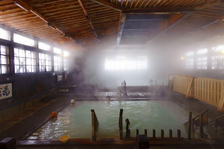 柱ひとつないヒバ千人風呂!「酸ヶ湯温泉」