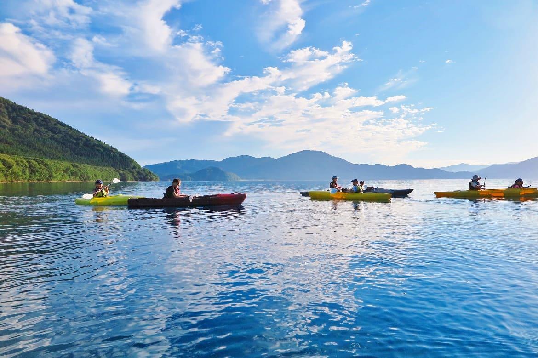 瑠璃色の湖をスイスイ!「カヤック体験」
