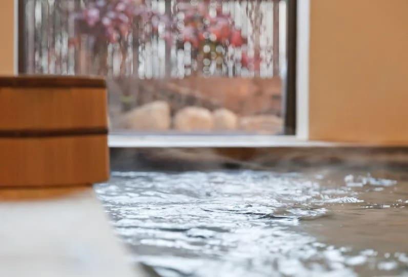 ひのきの廊下が、湯上がりの素足に心地いい
