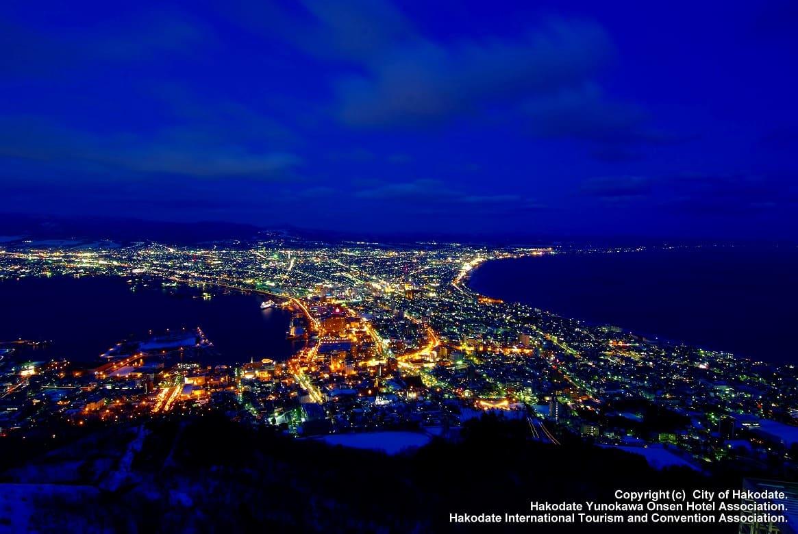まずはここから。冬が最高!函館山からのきらめく「夜景」