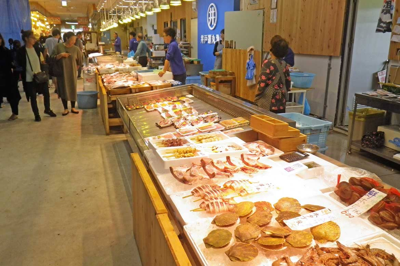 まるで魚市場?! 地元の新鮮海の幸が目白押し!