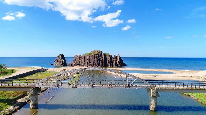 青い海に突如現る高さ20mの岩「立岩(たていわ)」