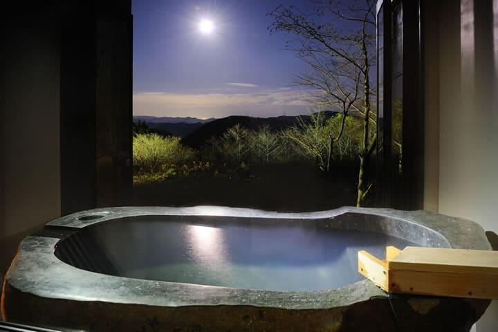 月光が照らす半露天風呂。窓を開け放ち湯に浸る
