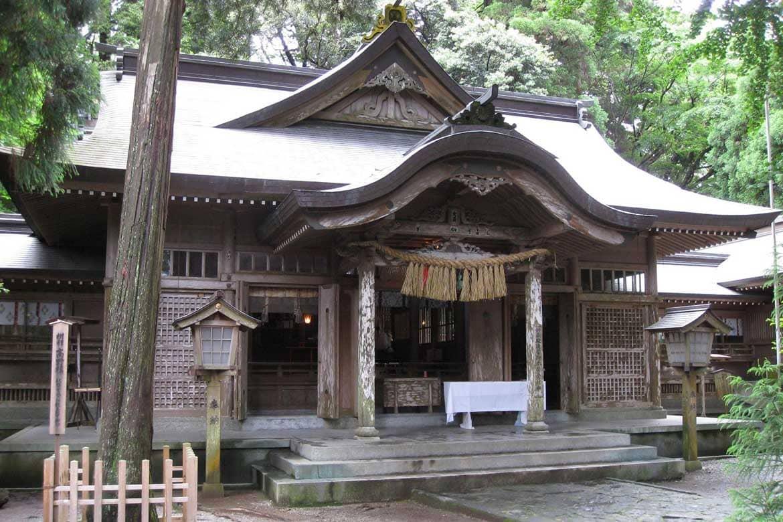 高千穂郷八十八社の総社。夫婦杉に願いを込めて「高千穂神社」