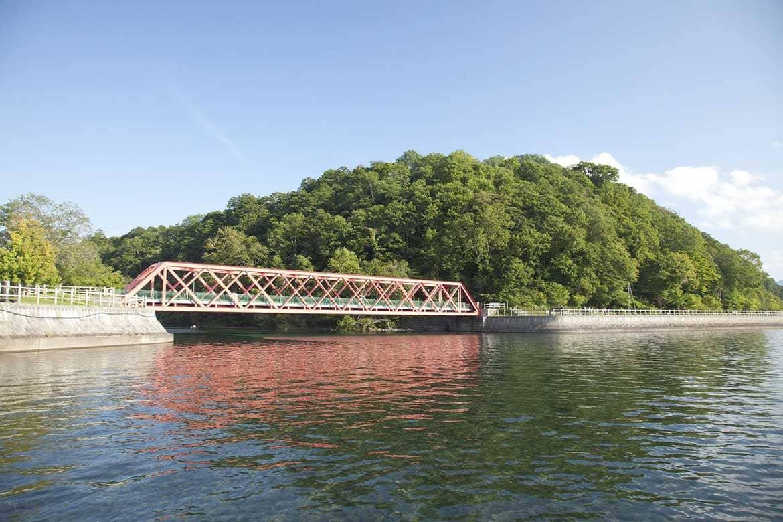 赤い支笏湖のシンボル「山線鉄橋」