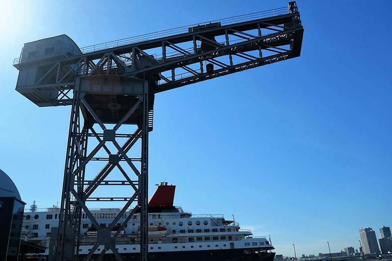 力強いクレーンは新港ふ頭を象徴するモニュメント「横浜ハンマーヘッド」