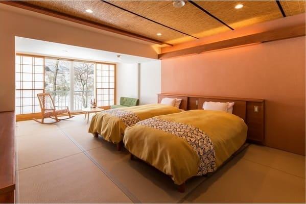 銘木の設えが美しい純和室や、湖をのぞむベッドルームも