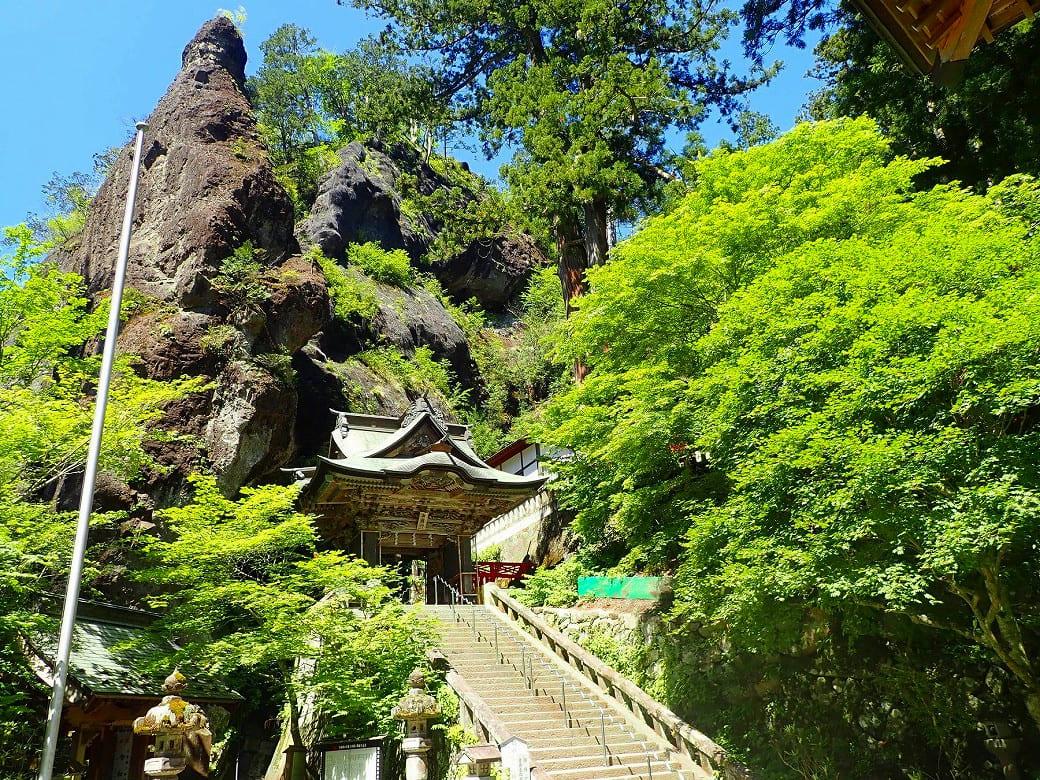 巨岩や巨木に囲まれたパワースポット「榛名(はるな)神社」
