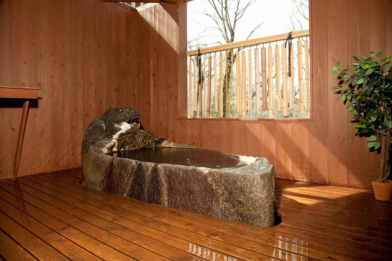 一枚岩の風呂、ヒノキ風呂など、4つの貸切露天風呂めぐり
