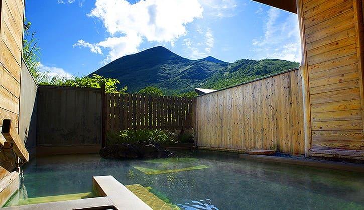 2つの名峰を見上げ、濃い湯につかる「ニセコ五色温泉郷」