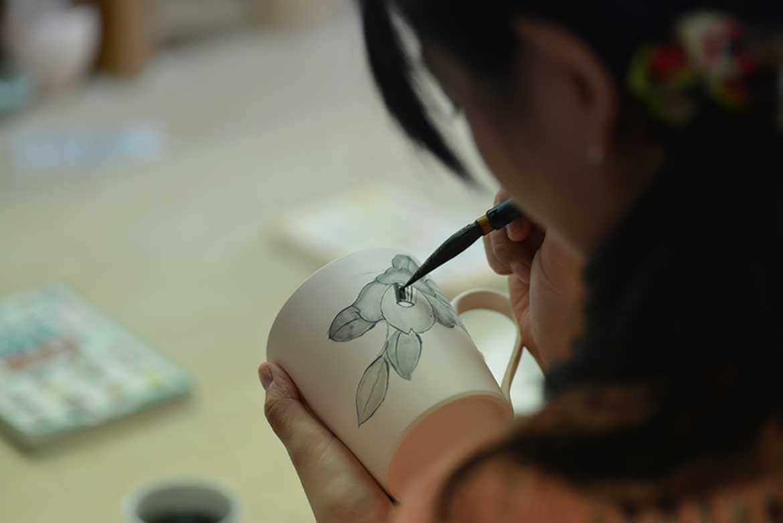古伊万里鑑賞のあとは絵付けに挑戦「伊万里・有田焼伝統産業会館」