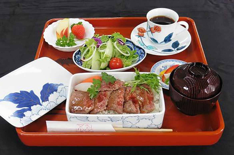 伊万里焼に詰まった各店自慢の味を食べ比べ「伊万里牛の重箱御膳」