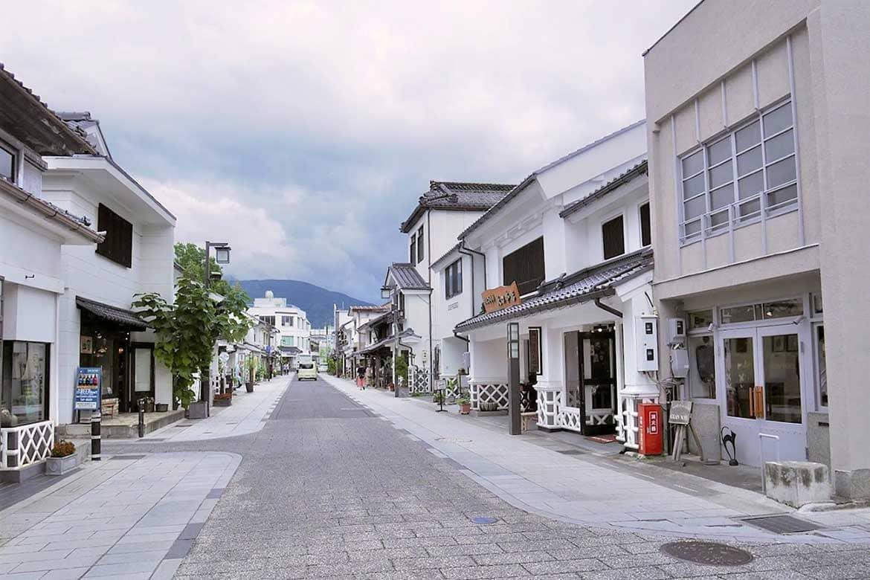 昔ながらの蔵造りが残る、クラフトや飲食店が並ぶ「中町通り」