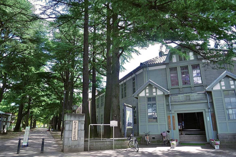 杉に囲まれる「あがたの森公園」にたたずむ重要文化財「旧松本高等学校」校舎