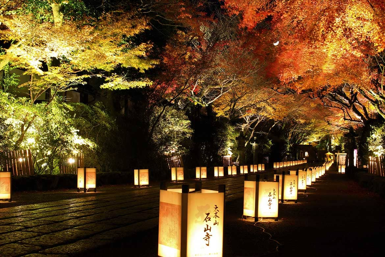 鮮やかな紅葉と神秘の月に魅了される、源氏物語ゆかりの古刹「石山寺」