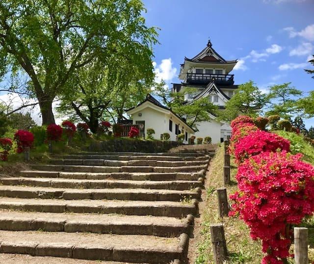 お城と紅葉と鳥海山を愛でる「横手公園」