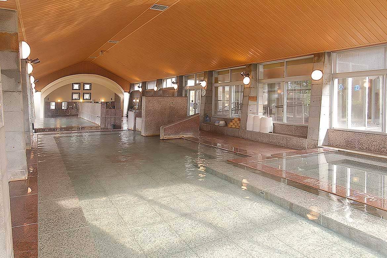 地元の人との交流も楽しい社交場でゆったり「阿蘇白水温泉 瑠璃」