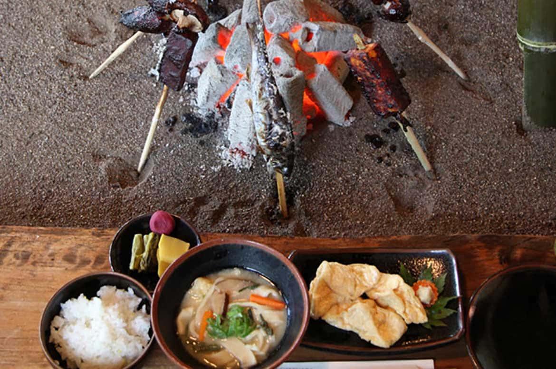 囲炉裏で炙ってハフハフ。 700年以上の歴史をもつ郷土料理「高森田楽保存会」