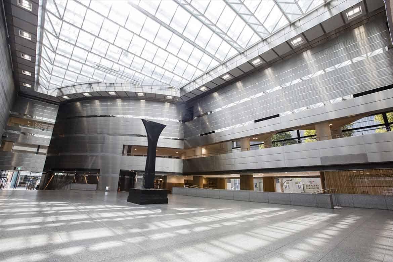 国内外の現代美術や香川の伝統工芸に五感を震わせる「高松市美術館」