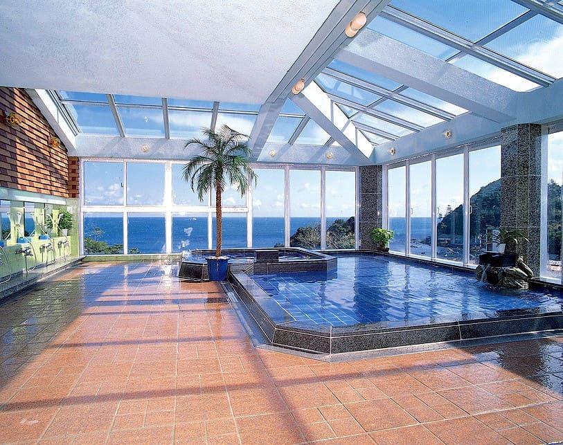 島で湧き出す温泉を、ガラス張りの大浴場で満喫