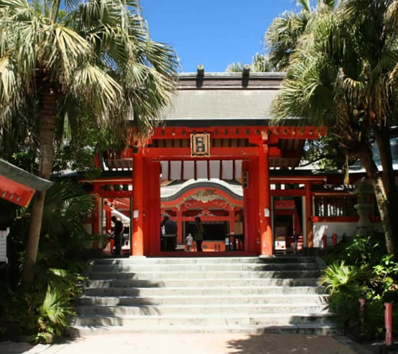 亜熱帯植物に囲まれた小島で良縁祈願「青島神社」