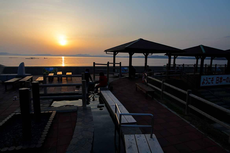 美しい夕日と癒しの温泉「小浜温泉足湯 ほっとふっと105」