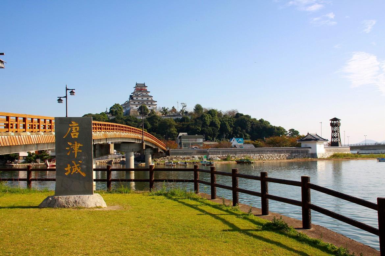 海と城のコントラストが美しい。舞鶴城の名を持つ「唐津城」