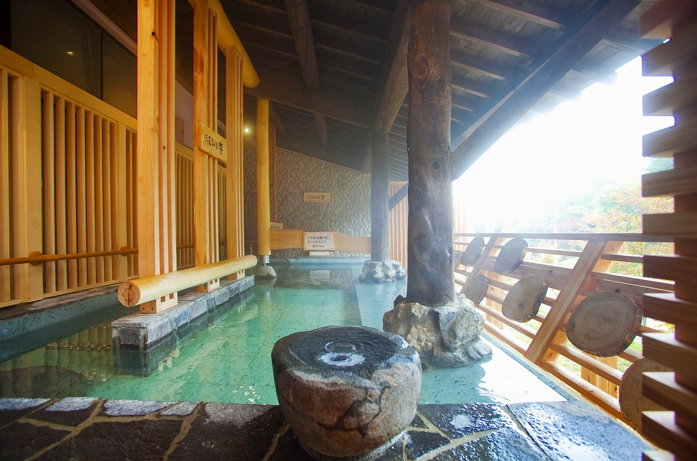 自噴する「金の湯・銀の湯」、爽やかな露天風呂を湯めぐり