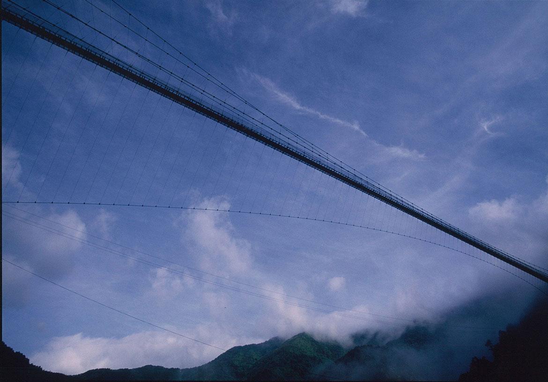 絶景の中の空中散歩でストレス発散!「谷瀬の吊り橋」