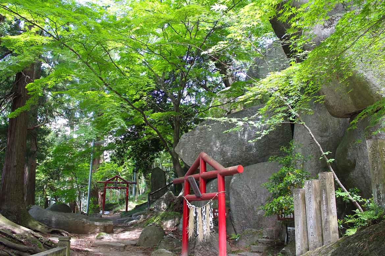 小高い山に点在する巨石に仏様が線刻された「岩角山」【本宮市】
