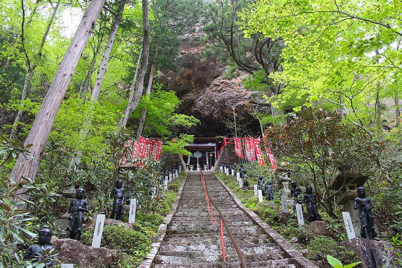 巨岩の洞窟にご本尊が安置された霊場「山本不動尊」【棚倉町】